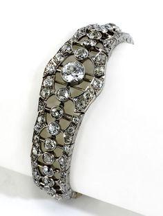 Länge: ca. 17 cm. Breite: ca. 2 cm. Gewicht: ca. 31,3 g. Platin und GG. Um 1920. Klassisch elegantes Art déco-Armband im Verlauf mit zentralem...