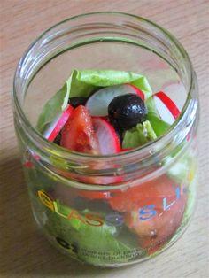 Sałatka w słoiku - sałata - rzodkiewki - pomidor - oliwki - ser feta - oliwa - ocet - przyprawy