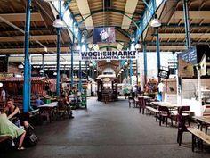 Markthalle IX's madmekka. Markedshallen holder hver fredag og lørdag wochenmarkt med boder i gamle ombyggede trailere eller selvopbankede plankeluger. Eisenbahnstrasse 42, Kreuzberg U Schlesisches Tor Markthalle