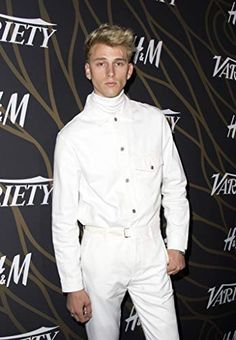 Machine Gun Kelly - my prince in white ❤️ Celebrity Airport Style, Celebrity Dads, Celebrity Crush, Machine Gun Kelly, Ryan Sheckler, Colson Baker, Tom Daley, Grown Man, Animals