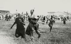 Demonstrators flee from police shooting in the township of Sharpeville, South Africa (March 21, 1960). [600 x 369]