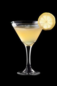 Τα 9 κοκτέιλ που πρέπει να μάθεις να φτιάχνεις πριν τα 30 - www.olivemagazine.gr Vodka Drinks, Alcoholic Drinks, Beverages, Sour Mix, Spring Cocktails, Jim Beam, Good Spirits, Cocktail Glass, Limoncello