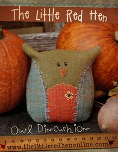 Owl Pincushion PDF Pattern - Caught my heart immediately! Sewing Crafts, Sewing Projects, Old Sewing Machines, Owl Ornament, Pin Cushions, Pillows, Owl Crafts, Penny Rugs, Primitive Crafts