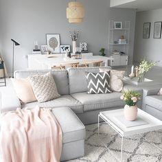 Szary pokój dzienny z pastelowymi dodatkami w salonie