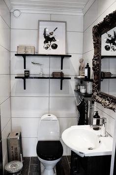 artprint, chnel makeup, tavla, svart och vitt, svarta hyllor, makeover i toaletten, toalett i svart och vitt, svart toalettsits, stora vita kakelplattor, lilla bruket, pumptvål, snygga förpackningar, varberg, tavla, print, chanel, doftljus, stor spegel på toaletten, hafa möbler, hafa porslin, fjädersparris, vas som en glödlampa, docka med inälvor, inredning toalett, inspiration toalett, wc,