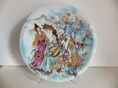 PRATO DEUSAS EM PORCELANA CHINESA Prato em porcelana chinesa, representando várias deusas. Marcado. Bom estado de conservação.  Dimensões: 24 cm de diâmetro.