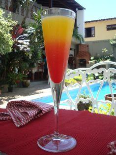 Sunrise    Ingredientes:    1 dose de tequila ouro ou 1 dose de vodka  3 doses de suco de laranja  1 dose de suco de abacaxi  Um filete de grenadine ou groselha para decorar    Modo de fazer:    Despeje num copo alto a dose de tequila ou vodka, o suco de laranja e o de abacaxi.    Misture bem e coloque um pouquinho de grenadine ou a groselha pra dar o efeito degradê.      *substituir o suco de abacaxi pelo de maracujá também fica gostoso