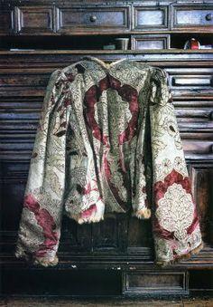 * Mariano Fortuny pourpoint en velours de soie teint à la cochenille et décoré de motifs à la grenade.