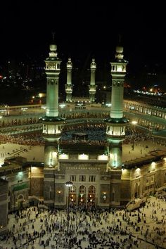 DesertRose♡AlMasjid Al-Haram♡ Mecca Madinah, Mecca Masjid, Masjid Al Haram, Islamic Architecture, Architecture Design, Bar Counter Design, Pillars Of Islam, World Most Beautiful Place, Mekkah