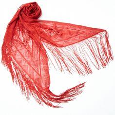 【RAISSA】赤いバラの花が浮かび上がるように編み込まれた、上品なニットストール。  長いフリンジがフェミニンさをプラスしています。