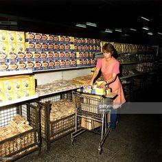 Verkäuferin füllt Regale mit Nudelpaketen auf - 1984 | Kaufhalle am Ostbahnhof in Berlin | January 01, 1984 | Credit: ullstein bild
