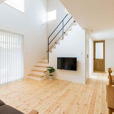家族の、床にものを置かない/リビングについてのインテリア実例。 (2019-07-15 21:35:39に共有されました) Stairs And Doors, House Stairs, Facade House, Loft House Design, Home Stairs Design, Living Room Under Stairs, Modern House Facades, Interior Modern, Interior Design
