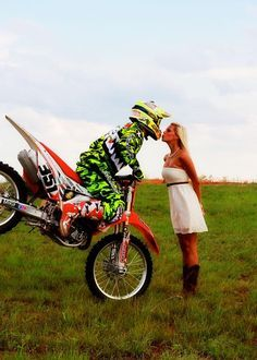 motocross couple/ amazing pic i want one like that. Tristan would prolly tip it over on me! Motocross Wedding, Motocross Couple, Dirt Bike Wedding, Motocross Love, Motorcycle Couple, Dirt Bike Couple, Biker Couple, Engagement Pictures, Wedding Pictures