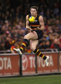 Patrick Dangerfield takes one on the chest. Australian Football League, Rugby Men, Human Reference, Sport Craft, Compression Shorts, Athletic Men, Sports Stars, Sport Man, South Australia