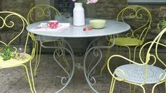 Repeindre un salon de jardin en fer : c'est facile
