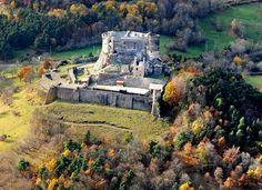 Le château de Murol Situé à une cinquantaine de km de Clermont-Ferrand, le château de Murol (Puy-de-Dôme) est une forteresse du moyen âge surplombant à environ 1000 mètres d'altitude le village de Murol.  http://www.auvergne.fr/article/chateau-de-murol