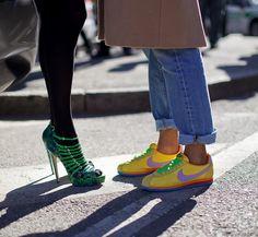Pantalones doblados, zapatos abiertos + medias tupidas. Lindos toques de color!