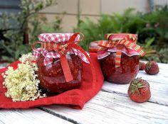 szczypta smaQ: Konfitura truskawkowa z kwiatami czarnego bzu