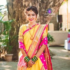 प्रतिमेत याचा समावेश असू श्ाकतो: 1 व्यक्ती, उभा आहे, लहान मूल आणि बाहेरील Marathi Bride, Marathi Wedding, Indian Wedding Bride, South Indian Bride, Marathi Nath, Indian Bridal Outfits, Indian Bridal Hairstyles, Bridal Dresses, Bridal Lehenga
