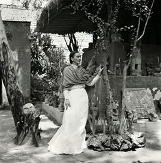 In German-born French photographer Gisèle Freund spent two years documenting Frida Kahlo and husband Diego Rivera in La Casa Azul These pictures offer an intimate, honest look at the artist i… Diego Rivera, Frida E Diego, Frida Art, Rare Images, Rare Photos, Vintage Photos, French Photographers, Portrait Photographers, Miss Moss