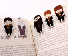Harry Potter Magnetic Bookmarks on Etsy (also Dr. Who & Sherlock!) - Easy to make diy bookmarks. Take home project available in teen spaces (? Marque Page Harry Potter, Classe Harry Potter, Theme Harry Potter, Harry Potter Gifts, Harry Potter Love, Harry Potter World, Hogwarts, Diy Marque Page, Harry Potter Bookmark