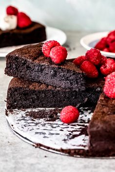 Flourless chocolate cake topped with fresh raspberries. Super dark and fudgy, this flourless chocolate cake is the perfect gluten free dessert served with thick cream and fresh berries. Flourless Chocolate Torte, Chocolate Fudge Frosting, Chocolate Recipes, Chocolate Torte Cake, Gluten Free Cakes, Gluten Free Desserts, Just Desserts, Dessert Recipes, Cake Recipes
