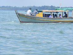 perahu kayu di laut menuju Pulau Penyengar