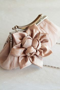 pochette blush/cameo cluch  http://atmospheremariages.fr/812-2723-thickbox/pochette-rose-poudre.jpg