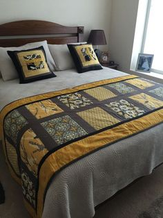Interesting ideas for patchwork and comforters Modern Table Runners, Quilted Table Runners, Bed Runner, Bed Back Design, Designer Bed Sheets, Bed Scarf, Quilt As You Go, Patchwork Pillow, Quilted Bedspreads