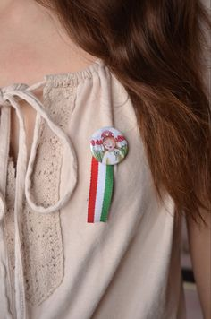 Egyedi tervezésű kokárda ☺️ #kokarda #magyartermék  #veddamagyart #magyartermék #mik #magyarig #igmagyar #hungary #március #március15 #kokárda #anyavagyok #gyerekkelazélet #pirosfehérzöld #marc15  #nemzetiünnep #iközösség Digimon, Brooch, How To Make, Fashion, Moda, Fashion Styles, Brooches, Fashion Illustrations