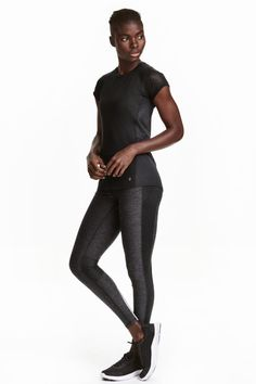 Running tights: Ankle-length running tights in fast-drying functional fabric with wide ribbing with a concealed drawstring at the waist, a zipped key pocket at the back and ventilating mesh sections at the back of the knees.