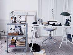 Deckardrottningens skrivhörna med UDDEN rullbord, LINNMON/LERBERG bordsskiva/benbockar, FJÄLLBERGET konferensstol björkfaner.