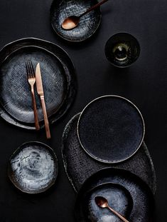 Successful table decoration: Black crockery and coppery cutlery by LEUCHTEND . - Successful table decoration: Black dishes and copper-colored cutlery by LEUCHTEND GRAU -