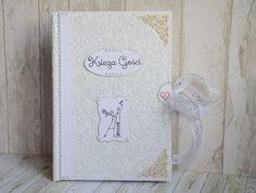 Księga Gości HEART - biała. Okładka ozdobiona wyjątkowym, tłoczonym papierem w serca w kolorze biały perłowy.  Do kupienia w sklepie internetowym Madame Allure!