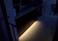 Bed Light(ベッドライト)は暗い時に足元を優しく照らすセンサー付きテープLEDキットです。真夜中も安心&安全。両面テープで設置が出来るので工具など一切不要。とても簡単な手順で誰でも簡単に設置が出来ます。調光コントローラーが付属されているので、8段階の明るさからお好みの明るさを選ぶことが出来、点灯時間を30秒〜10分の間に設定が出来ます。電気のスイッチまでの暗闇の移動もベッドライトを使えばとても安心。真夜中に電気を点けて家族を起こしてしまう心配もありません。電気のスイッチまでの暗闇の移動も家族を起す心配もなし。キッチンに設置をすれば、水を飲むなど・・電気を点けることがなく便利。暗闇の中、センサーが反応し優しく照らしてくれるの安全&安心。セット内容テープLED x 1センサーユニット x 1調光コントローラー x 1ACアダプター x 1<br>ケーブルクリップ(2種類)x 各1取付ネジ x 2<br>両面テープ(センサーユニット用) x 1寝室だけではなく、キッチンやバスルームなどでも活躍するLEDキットです。テープL...