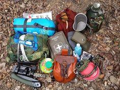 Mi equipo para salir a la montaña de vivac, senderismo - Mochila 48 horas - YouTube Bear Grylls, Bushcraft, Outdoor Survival, Survival Skills, Lunch Box, Camping, Backpacks, Emergency Kits, Bags