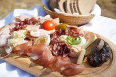 Umfangreiche Kärntner Jause auf Holzbrett. Slow Food, Dairy, Cheese, Alps, Asparagus, Easy Meals, Recipies, Wooden Platters