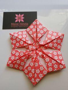 Origami Mandala Origami Sugestão: Enfeite para caixa de presente. Suggestion: Decoration for gift box.