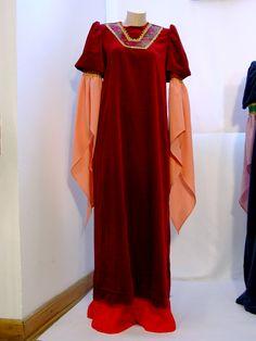 Damska suknia średniowieczna.