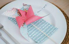 DIY: Windrad als Tischkarte - Erinnert ihr euch noch an die kleinen Papier-Windräder, die man manchmal geschenkt bekam, oder die man beim Kindergeburtstag gebastelt hat? Kleine Windräder, die sich beim...