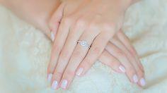 A coroa peculiar do Anel de Noivado Oui garante que essa joia tão especial, o anel de noivado, tenha o merecido destaque nas mãos dela. São 31 diamantes auxiliares que adicionam brilho ao diamante central, todos cravados em um aro confeccionado em ouro branco 18K repleto de detalhes exclusivos.
