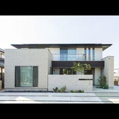 窓と軒の高さを合わせて美しさに配慮した、深い軒の出が印象的なモダンな外観 Compound Wall, Japanese House, House Goals, Modern House Design, Ideal Home, Facade, Villa, Exterior, Mansions
