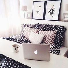 Chambre avec tablette Working travail à domicile réveil ambiance douce et chaleureuse linge de maison à pois motif géométrique