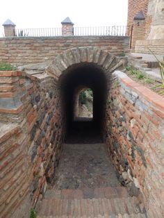 Vélez-Málaga. Castillo. Pasadizo entre el patio de armas y el recinto exterior.
