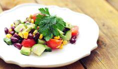 een voedzame en snelle salade van rode kidneybonen, met cherry tomaten, komkommer, mais, avocado, rode ui, verse peterselie en dille. Vol goede voedingsstoffen