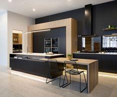 quelles couleurs combiner dans un espace moderne, déco de cuisine tendance au mur noir avec plafond blanc et meubles bois Cuisines Design, Modern Kitchen Design, Beautiful Kitchens, Interior, Table, Design Moderne, Kitchen Island, Furniture, Organize
