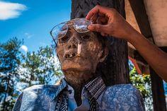 Todeng suri 2009. aastal. Tema noorem sugulane, Sam, tõmbab teda sigareti ja muudab prille.