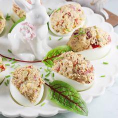Najlepszy i sprawdzony przepis na super pyszne jajka faszerowane tuńczykiem. Możesz użyć zarówno tuńczyka z puszki z oleju, jak i tego z zalewy. Jajka faszerowane tuńczykiem to super danie na Wielkanoc. Antipasto, Taste Buds, Finger Foods, Food And Drink, Appetizers, Eggs, Easter, Favorite Recipes, Lunch
