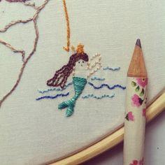 """Detalhe da mini sereia no bordado que a @renatadania fez para a @vanessa_israel  {ainda da série """"amigosecreto""""} #clubedobordado #amigosecreto #mermaid #mermaidlovers #sereia #intothesea #embroidery #handembroidery #handmade #feitoamão #detail #flowembroidery #sp #bradil"""