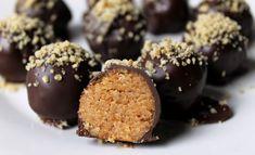 A zserbó ízvilághoz 3 dolog kell: dió, sárgabaracklekvár ( lehetőleg házi) és csoki. Kevés ennél ütősebb triász van,nem csoda, hogy fagyiban is, bonbonban is népszerű már a zserbó. Candy Recipes, Raw Food Recipes, My Recipes, Sweet Recipes, Dessert Recipes, Cooking Recipes, Favorite Recipes, Sweet Desserts, Vegan Desserts